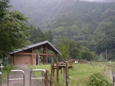 ゲート脇には整備された公園?らしきものと、綺麗な公衆トイレが・・・謎。