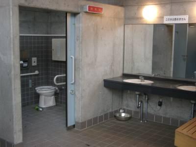 気になるトイレの中は殺風景だが相当新しい。おーいお茶のペットボトルがあった。