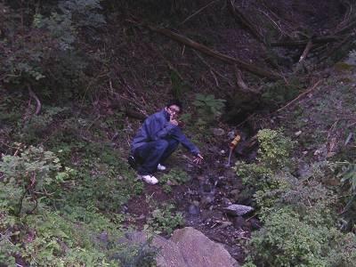 ゲート脇にちょっとした沢を発見!水源のかなり上流と思われる。水は飲んでないけど。