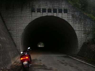 犬越路ゲートへの最後のトンネル。新しいのだがご覧のように照明など無く、かなり暗く・・・ちょっと怖い。