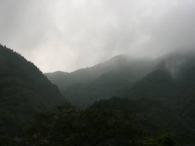 山のまっただ中。携帯はもちろん圏外。ってvodaだからか??雨が降ってきた。