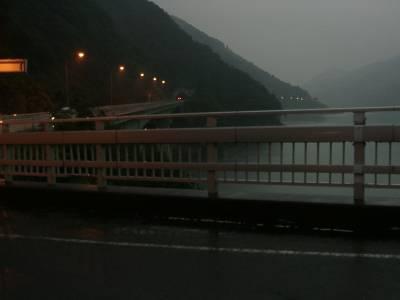帰りの宮ヶ瀬湖。かなり暗いです。