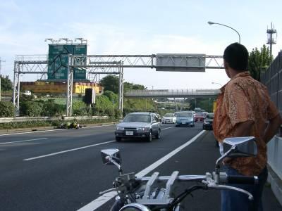 事故現場を奥に見る。倒れたバイク見えるかな?こんなとき写真なんか撮るなよ・・・俺。