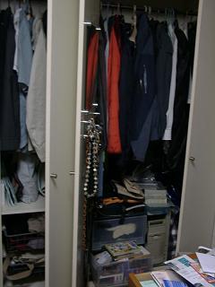 部屋の中は服もその他もギシーリ
