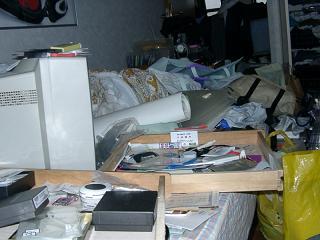 部屋のベッド付近。物置場と化す