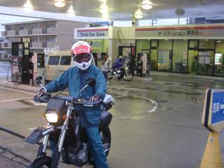 雨の中給油中。