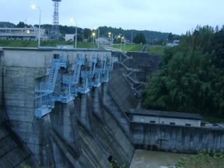 宵に浮かぶ亀山ダム