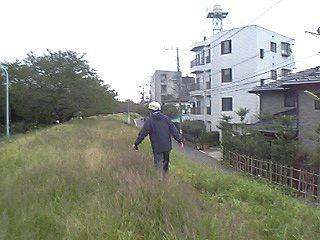 多摩川土手を歩くYONE