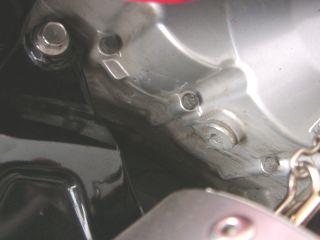 巻き込まれた部分。エンジンケースになんかいろいろ傷ついてますよ。