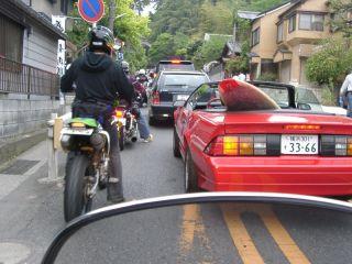 全く進まない大渋滞、おまけに道路脇も隙間なし
